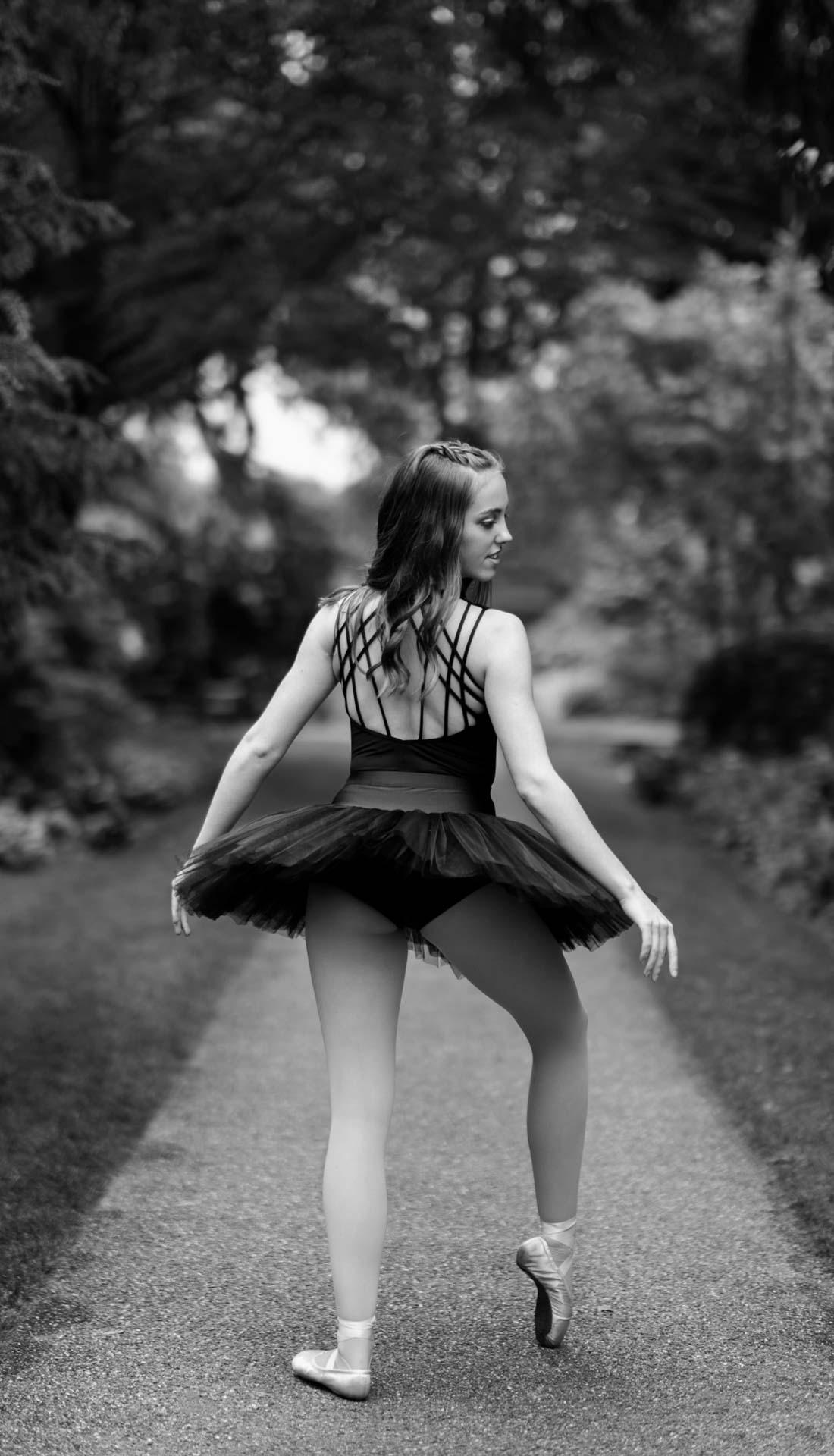 B&W image of a female ballet dancer in Birmingham, dance photography Birmingham